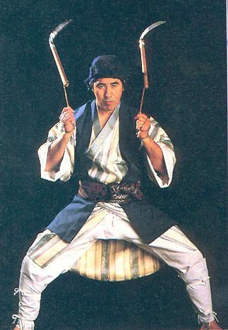 Kenyu Chinen exécutant le Kata Shimotsuki kama